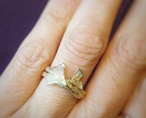 Geelgouden ring met Ginkgo bladeren op stoere takjes. Ontwerp van Oogst Sieraden in Amsterdam.