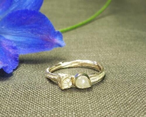 Geelgouden ring met kristalvorm en natural roosgeslepen diamant. Oogst Sieraden in Amsterdam