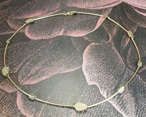 Gouden collier 'Blaadjes'. Ketting van oud goud gemaakt met blaadjes. Ontwerp van Oogst Sieraden
