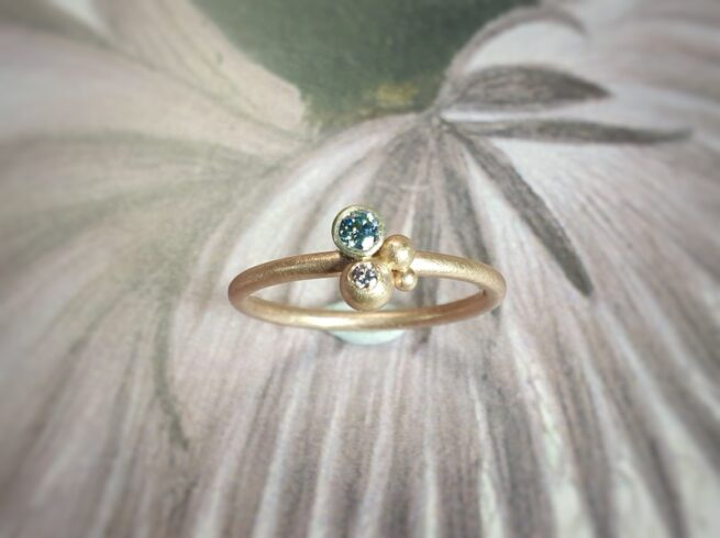 Rose gold ring Berries with a fancy ice blue and a lavender diamond. Design by Oogst Jewellery.