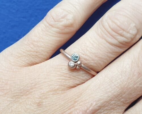 Roodgouden bessen ring met fancy ijsblauwe en lavendel diamant. Design van Oogst Sieraden.