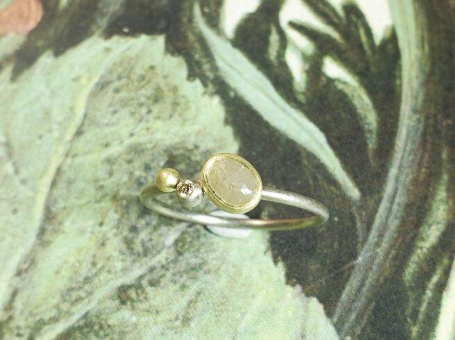 Wit- en geelgouden verlovingsring met natural roos diamant en saffraan briljant. Verfijnde vrolijke verlovingsring van Oogst Sieraden