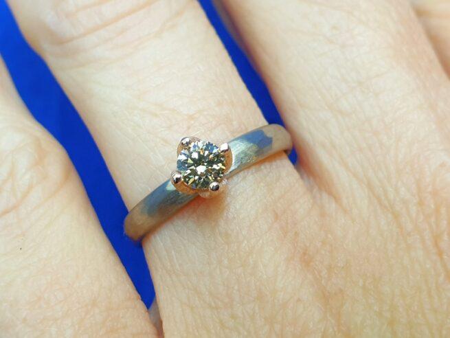 Witgouden verlovingsring met 0,36 ct natuurlijk lichtbruine diamant in roodgouden chaton. Verlovingsring Ritme uit het atelier van Oogst Sieraden.