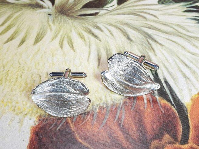 Zilveren manchetknopen blaadjes met klapmechaniek. Maatwerk uit het Oogst Sieraden atelier.