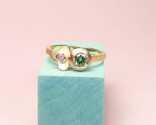 Yellow gold Boletus ring with a 0,35 ct paraiba green diamond and a 0,06 ct pink sapphire in a flower. Playful one-of-a-kind design by Oogst Jewellery.
