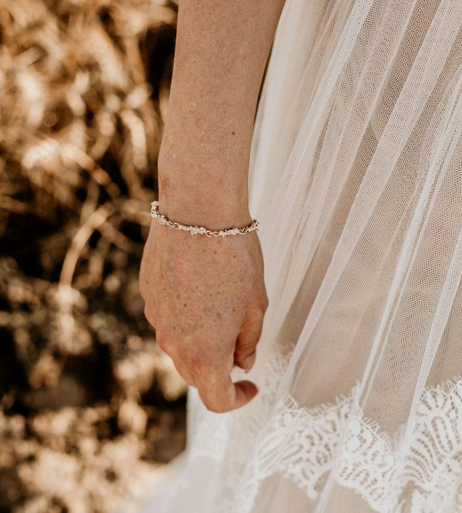 Trouwsieraden. Handgemaakte bruidssieraden van Oogst Sieraden in Amsterdam. Geelgouden armband 'Bessen'.