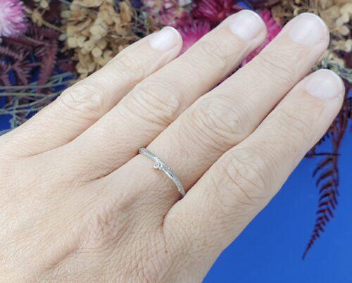 Witgouden ring 'Boomgaard. Verfijnd takje met diamant en besje. Ontwerp van Oogst Sieraden in Amsterdam