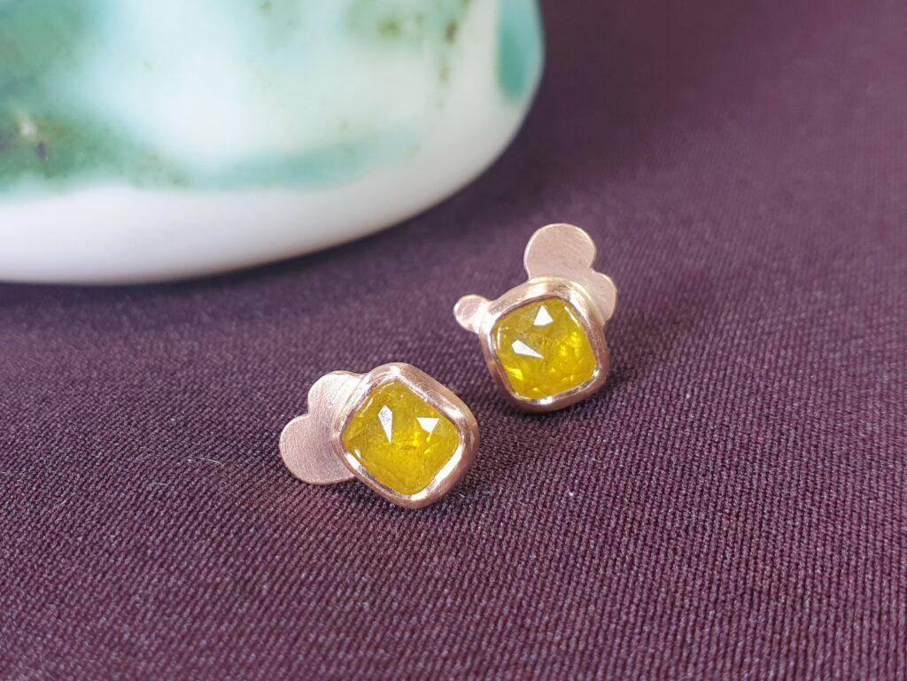 Roodgouden Wolk oorbellen met honinggele natural diamant. Ontwerp van Oogst Sieraden
