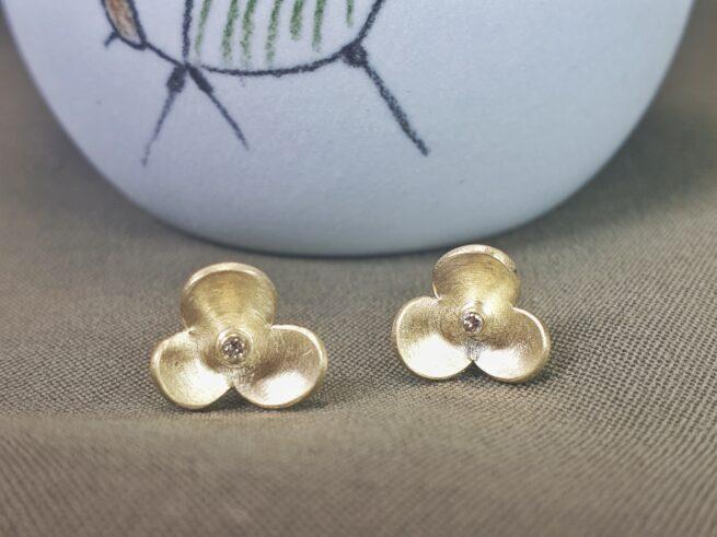 Geelgouden In Bloei oorbellen met diamant. Ontwerp van Oogst Sieraden