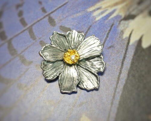 Zilveren Cosmea hanger met bladgoud en diamant. Ontwerp van Oogst goudsmid