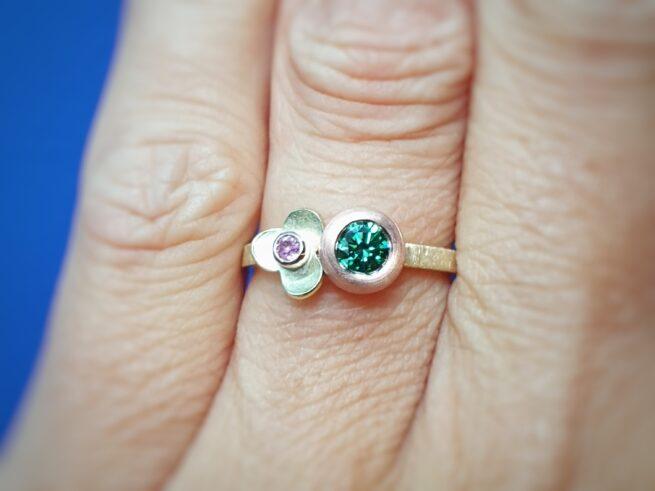 Ring boleet en in bloei met diamant en saffier.
