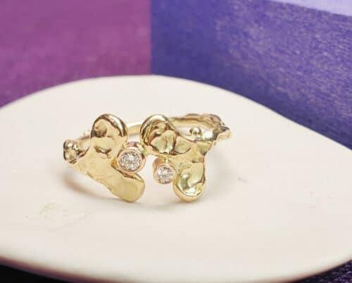 Roségouden Blaadjes verlovingsring met 0,05 en 0,03 crt diamanten. Ontwerp van Oogst Sieraden te Amsterdam.