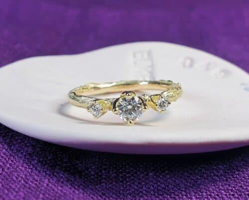 Geelgouden verlovingsring Boomgaard en 3 diamanten. Ontwerp van Oogst Sieraden.
