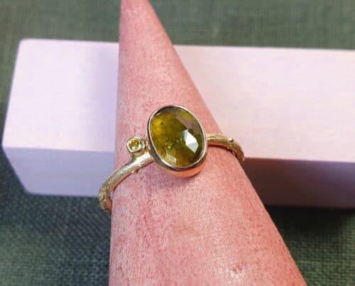 Roségouden Boomgaard ring met Toermalijn en olijf diamant. Ontwerp van Oogst sieraden in Amsterdam