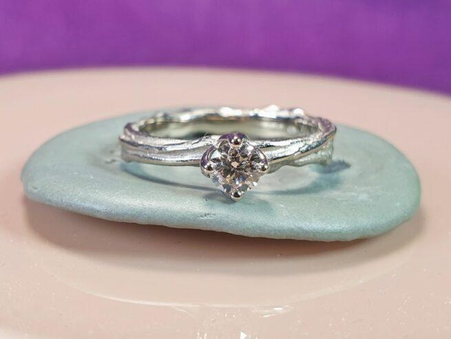 Witgouden Twist verlovingsring met 0,30 ct light brown diamant. Moderne solitaire ring van Oogst Sieraden
