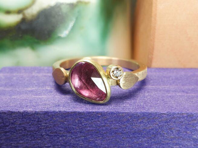Roségouden ring Verzameling met fel roze korund en bruine diamant, met fijne blaadjes. Ontwerp van Oogst Sieraden in Amsterdam