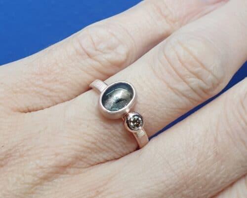 Roodgouden Verzameling ring met grijze toermalijn en licht bruine diamant. Ontwerp van Oogst Sieraden in Amsterdam