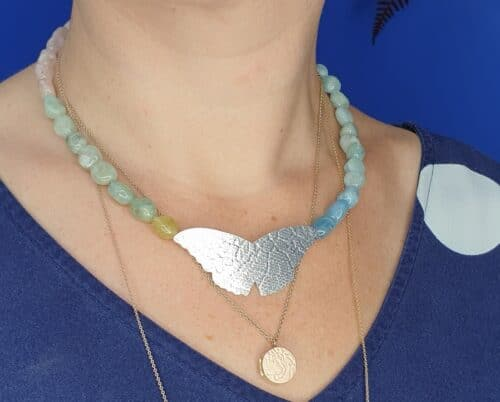 Zilveren Vlinder met beryl in natuurlijk kleurverloop collier. Ontwerp van Oogst Sieraden in Amsterdam