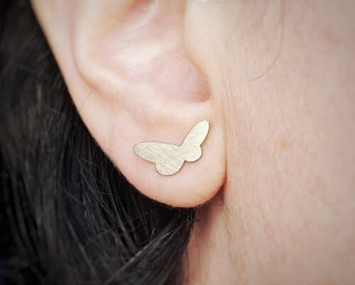 Witgouden Vlinders oorbellen. Strak en stijlvol ontwerp van Oogst Sieraden in Amsterdam